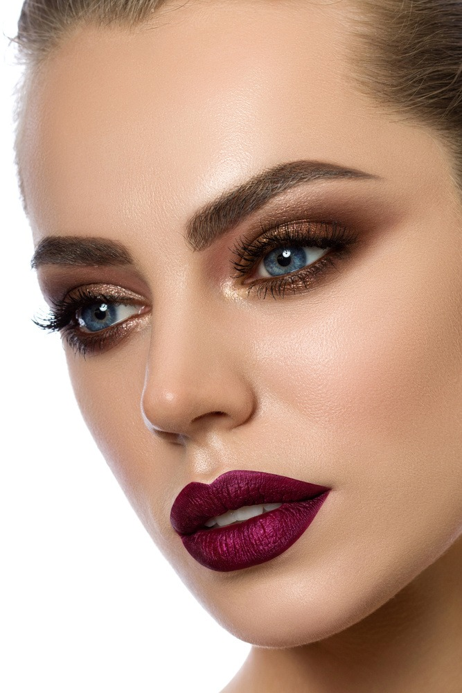 Das Abend-Make-up für blaue Augen besteht aus einem rostigen Lidschattenton und einem dunklen Lippenstift
