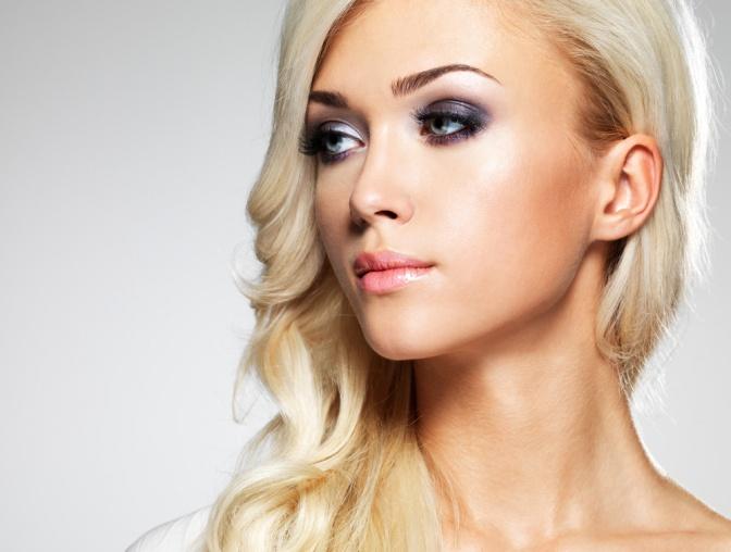Eine blonde Frau mit Smokey Eyes