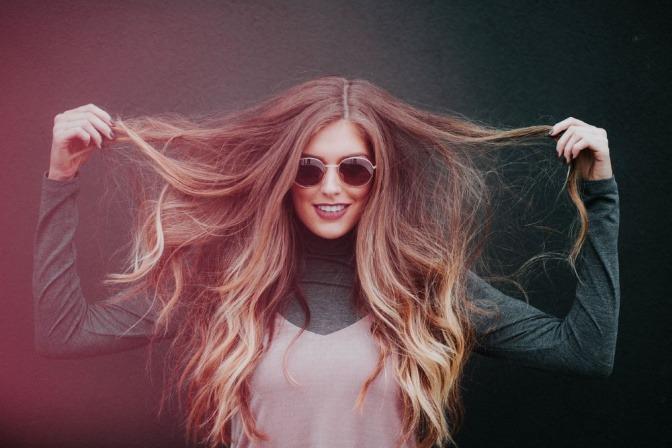 Eine blonde Frau hat lange Haare und viel Volumen