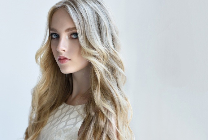 Eine Frau hat eine Frisur in den Blondtönen 2019