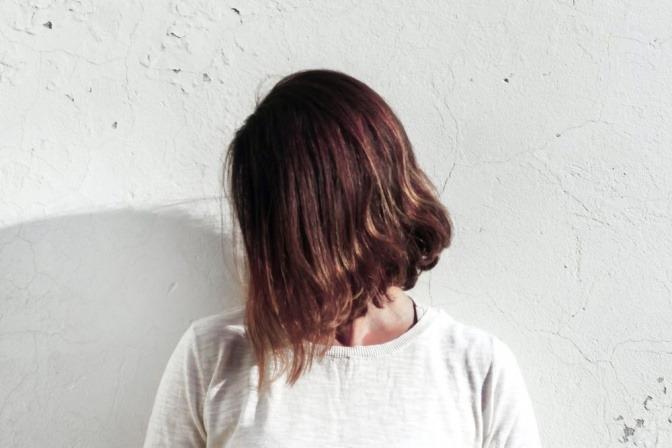 Eine junge Frau trägt eine natürliche Bob-Frisur