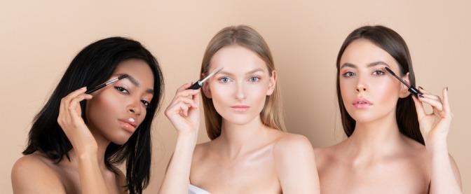 3 Frauen beim Augenbrauen-Styling mit Brow Soap