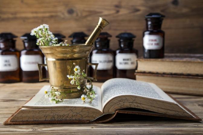 Buch mit Tinkturen und Heilpflanzen