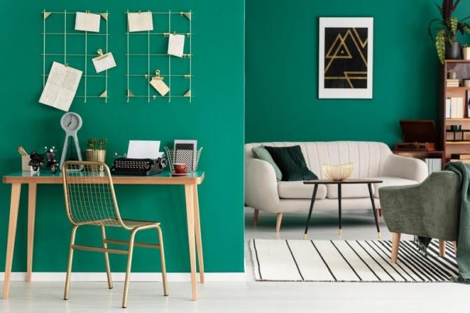 Eine Büro-Wohnraum-Kombination wird mittels einer gründen Wandfarbe in Szene gesetzt