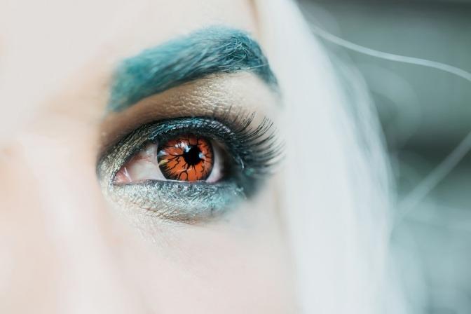 Eine Frau trägt bunte Kontaktlinsen