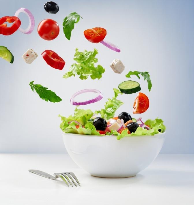 Buntes Gemüse fällt in eine Schüssel