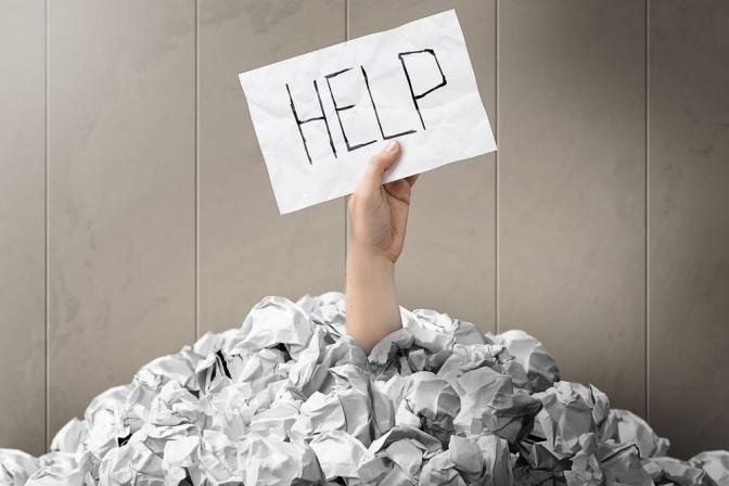 """Schild """"Help"""" als Symbol für Burnout"""