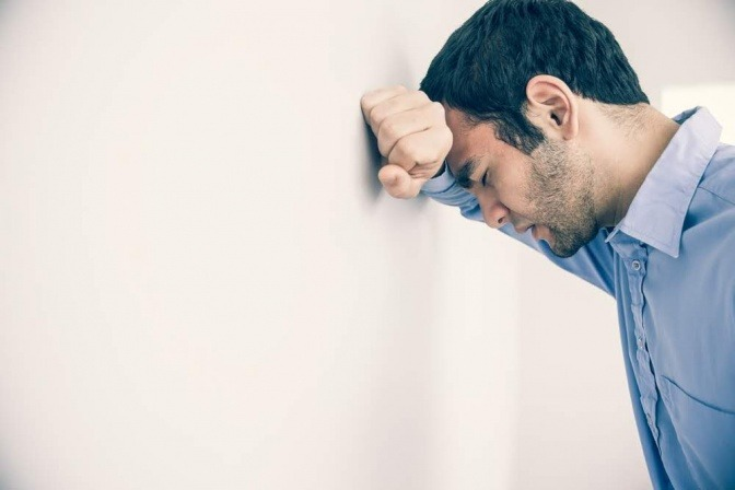 Erschöpfter Mann kurz vor dem Burnout