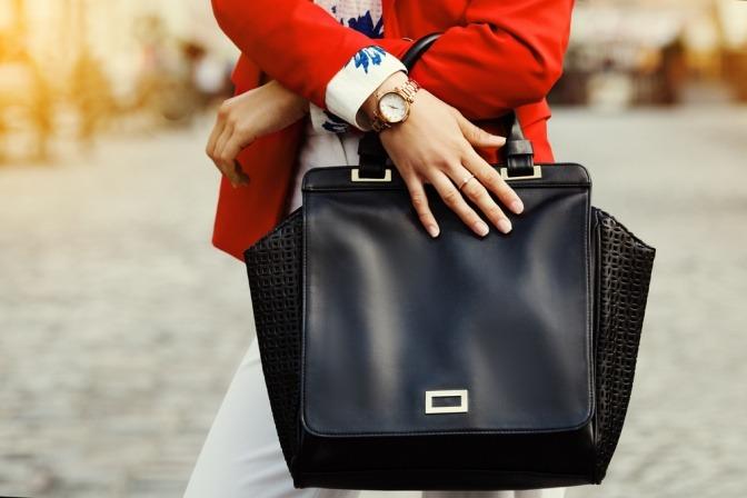 Eine Frau trägt eine Business-Handtasche