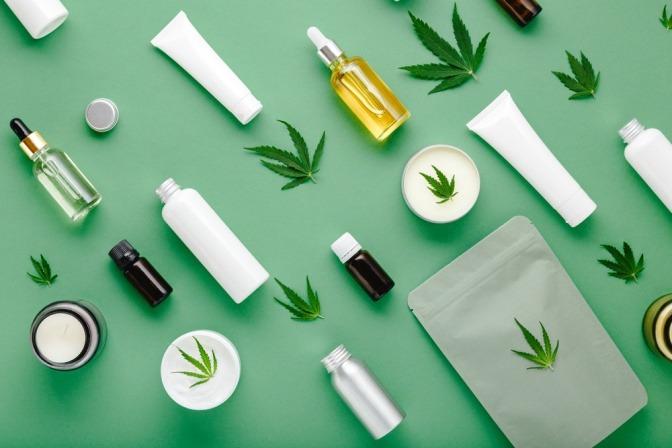 Kosmetikbehälter und Hanfblätter