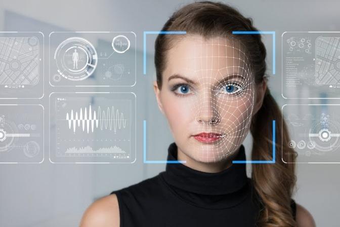 Das Gesicht einer Frau, darüber ist eine Art Interface gelegt, sodass es wirkt, als wäre das Gesicht ein Bildschirm mit verschiedenen Eingabemöglichkeiten.