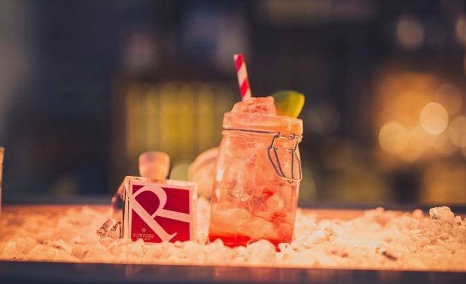 Cocktails mit Essig und Dekoration