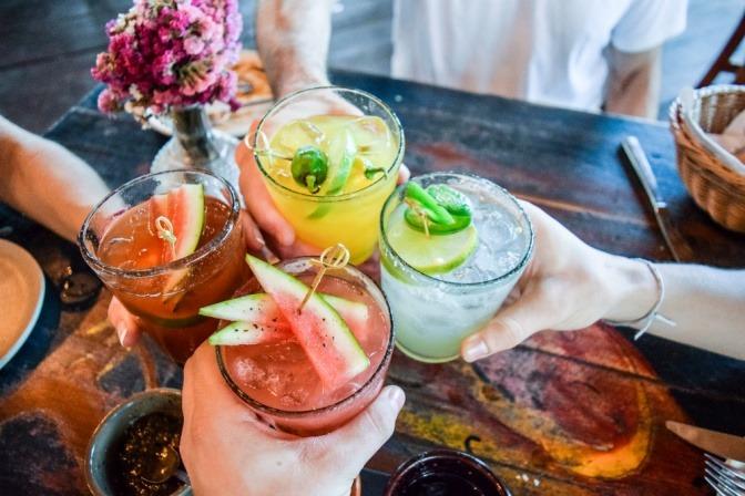 Unterschiedliche Cocktails mit Essig