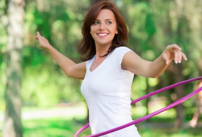 Eine Frau macht Bewegung mit Hula-Reifen