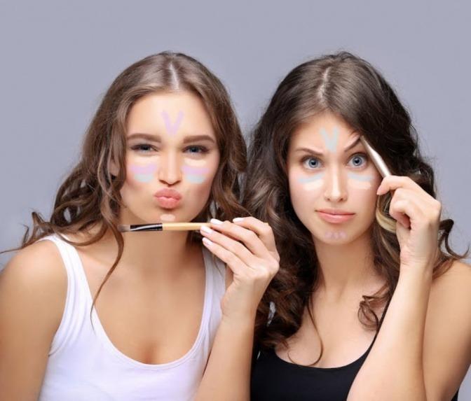 Zwei Frauen haben verschiedene Farben unter den Augen