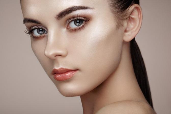 Mit schminktechnik contouring die gesichtsform betonen eine frau ist mit der schminktechnik contouring geschminkt thecheapjerseys Images