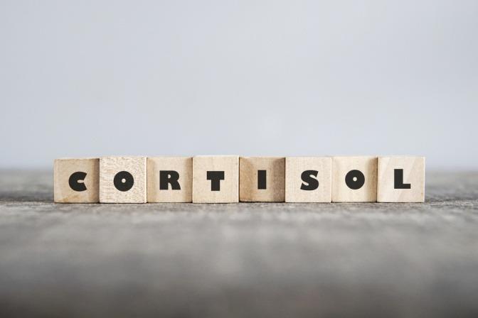 Buchstaben die das Wort Cortisol schreiben