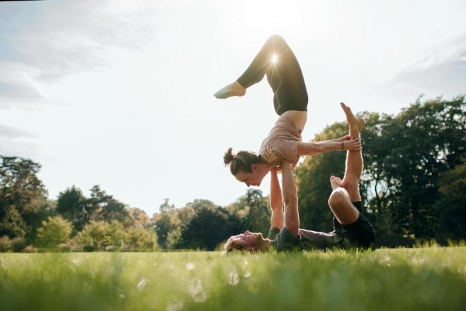 Ein Pärchen macht Yoga-Übungen in der Natur