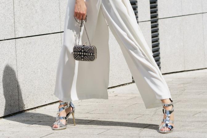 Eine Frau trägt Culotte und High Heels