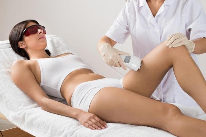 Frau während einer Haarentfernung mit Laser