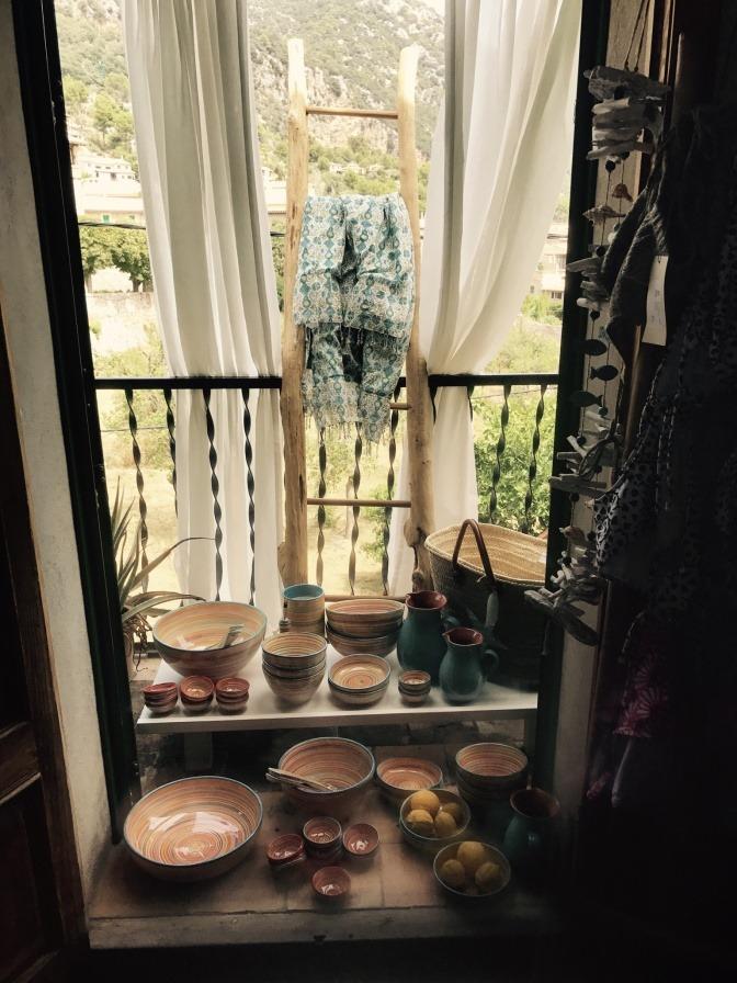 Das Wohnzimmer Ist Mit Muscheln Und Kerzen Dekoriert