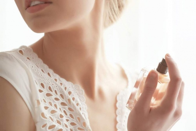 Frau mit Deodorant