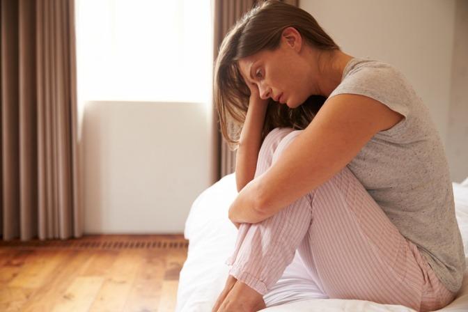 Eine Frau hat eine Depression oder ist traurig