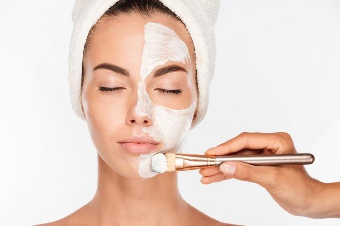 Frau bei einer Detox Behandlung im Gesicht