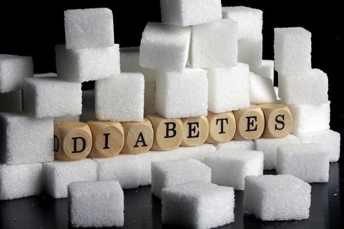 Würfel mit der Aufschrift Diabetes sind mit Zucker umrandet