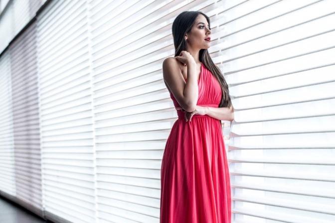 Eine Frau trägt ein Kleid, das einen dicken Po kaschiert