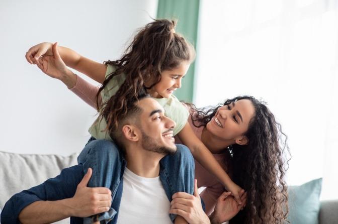 Eine Familie, die Digital Detox betreibt, albert auf der Couch herum
