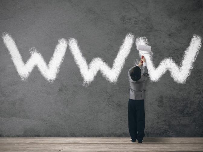 Kind streicht WWW auf die Wand