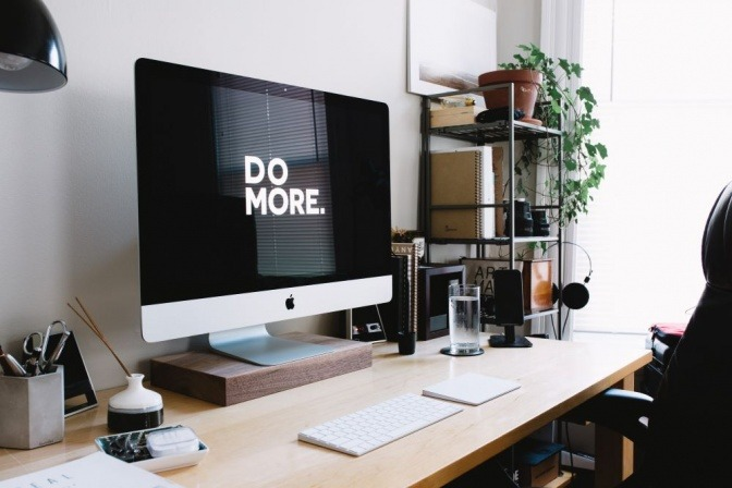 """Auf dem Bildschirm eines Computers steht der Schriftzug """"Do more"""""""