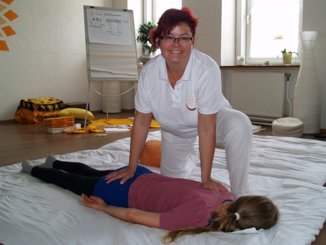 Dr. Andrea Baumgartner macht eine Shiatsu Behandlung