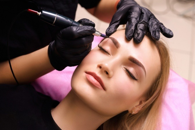 Frau beim Permanent Make-up um ihre dünnen Augenbrauen zu schminken