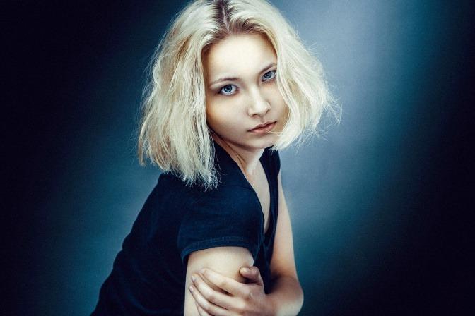 Eine blonde Frau hat einen dunklen Haaransatz