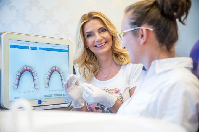 Dr. Klarkowski steht bei einem Patienten für Zahnschienen