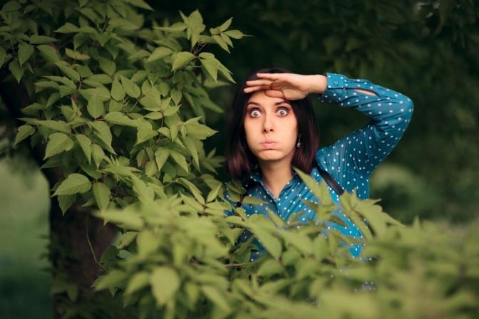 Eifersüchtige Frau spioniert jemandem hinterher