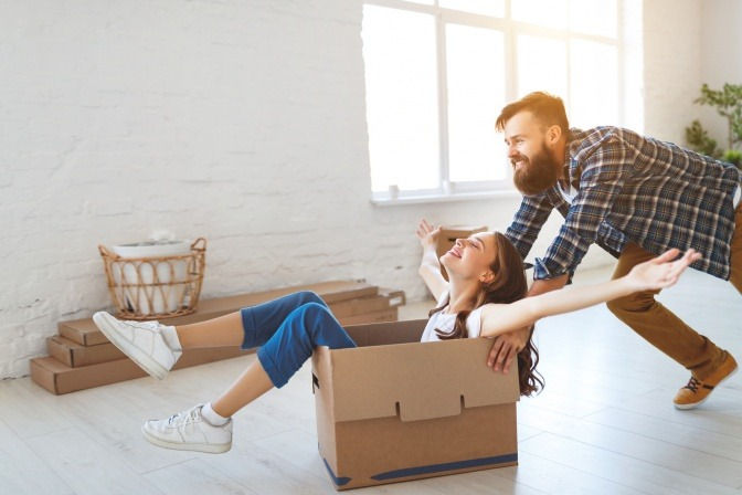 Ein Mann und eine Frau sind beim Umzug in ein Eigenheim