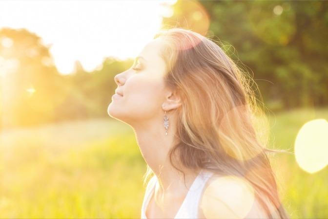 Eine Frau atmet ein