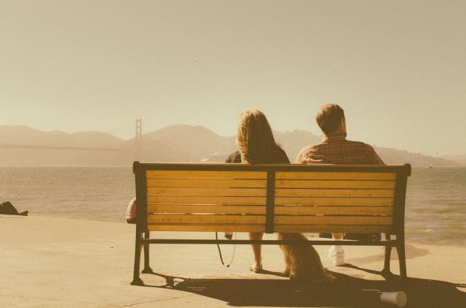 Die beiden unscheinbar wirkenden Menschen, die in diesem Bild auf einer Bank sitzen und aufs Meer hinaus blicken, könnten durchaus eine emotionale Affäre miteinander haben.