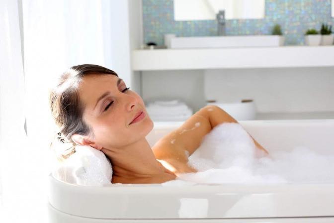 Frau entspannt in der Badewanne
