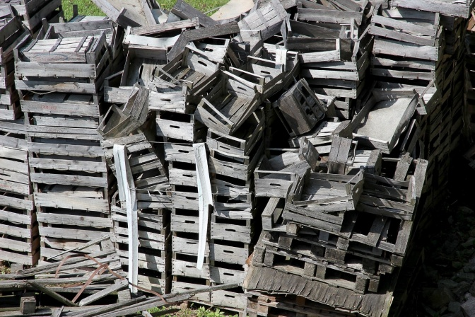 Kisten von einer Entrümpelung sind aufeinandergeworfen