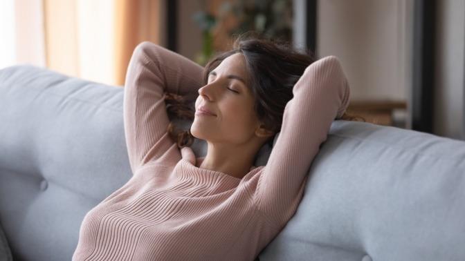 Eine Frau wirkt nach einer getroffenen Entscheidung zufrieden