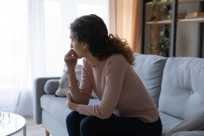 Eine Frau überlegt, um die richtigen Entscheidungen zu treffen