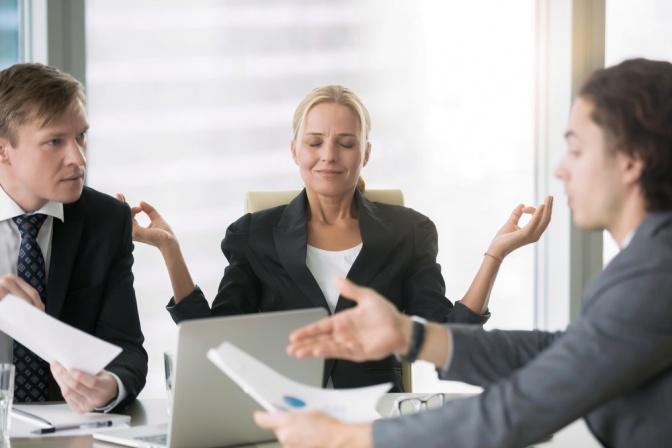 Eine Frau zelebriert Entschleunigung am Arbeitsplatz