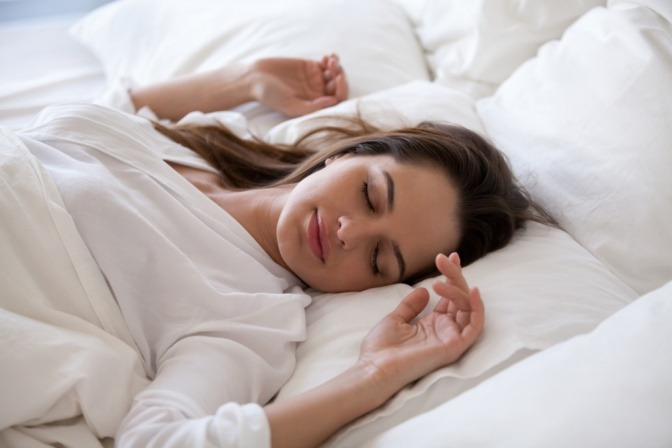 Eine Frau ist entspannt eingeschlafen