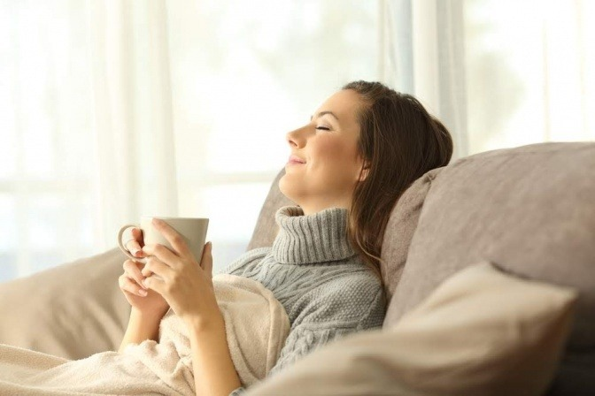 Eine Frau entspannt sich nach dem Sport