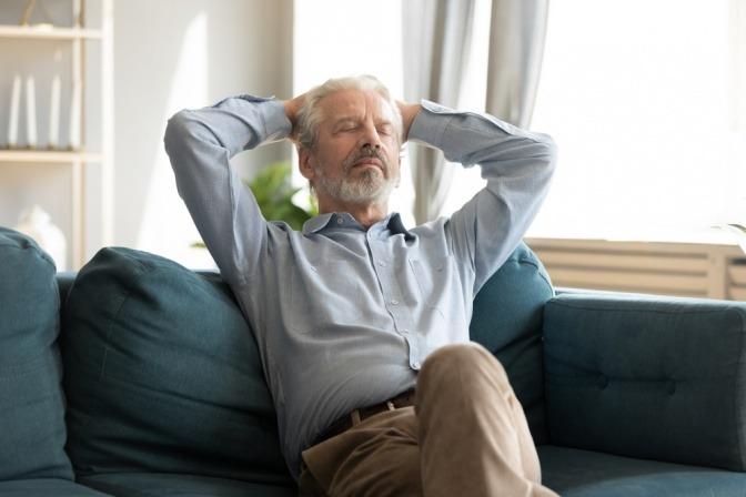 Ein älterer Mann ruht auf der Couch