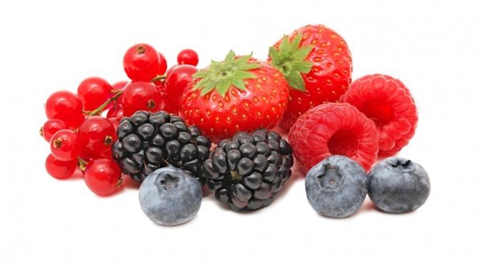 Erdbeeren, Preiselbeeren, Ribiseln, Brombeeren und Himbeeren